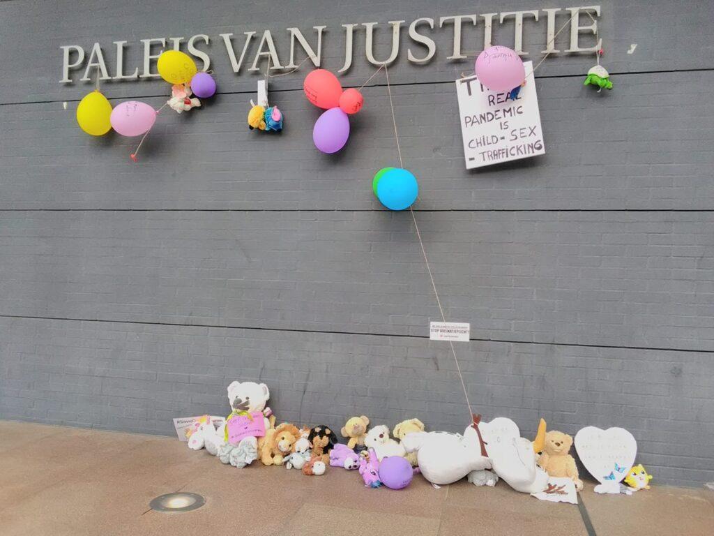 knuffels die zijn neergelegd bij het paleis voor justitie afgelopen zaterdag